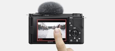 Εικόνα όπου άτομο αγγίζει την οθόνη LCD για να ενεργοποιήσει την παρακολούθηση σε πραγματικό χρόνο