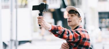Εικόνα ατόμου που ηχογραφεί βίντεο με την ZV-E10 ενώ κινείται