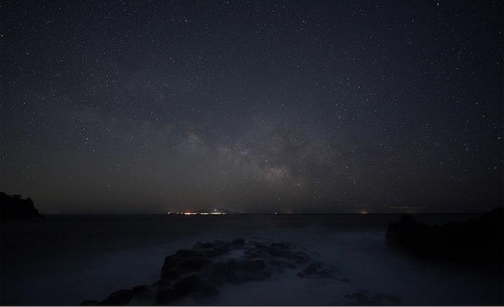 Φωτογράφιση αστεριών που δείχνει τον γαλαξία πάνω από τη θάλασσα
