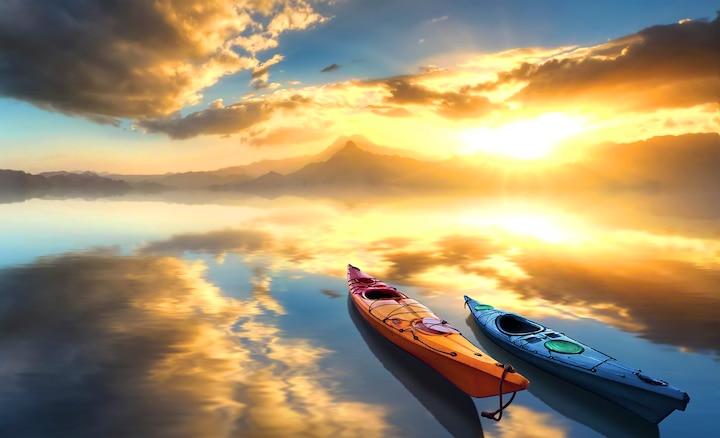 Δύο κανό σε λίμνη κατά την ανατολή του ήλιου