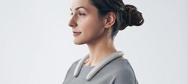 Γυναίκα που φοράει SRS-NB10 ασύρματο ηχείο με στήριγμα λαιμού σε λευκό