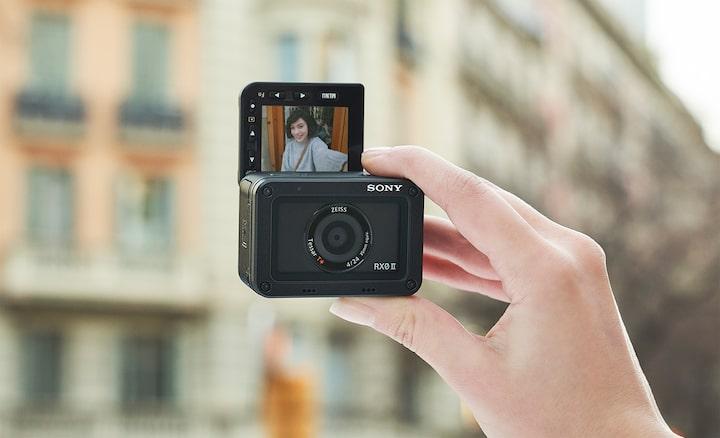 Η ανακλινόμενη οθόνη LCD είναι ιδανική για selfie