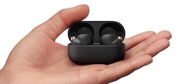 Χέρι που κρατάει μια ανοιχτή θήκη φόρτισης και αποκαλύπτει τα ακουστικά WF-1000XM4 μέσα