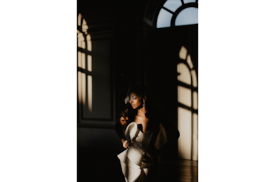 david-bastianoni-sony-alpha-7III-bride-lit-in-half-shadow-before-ceremony