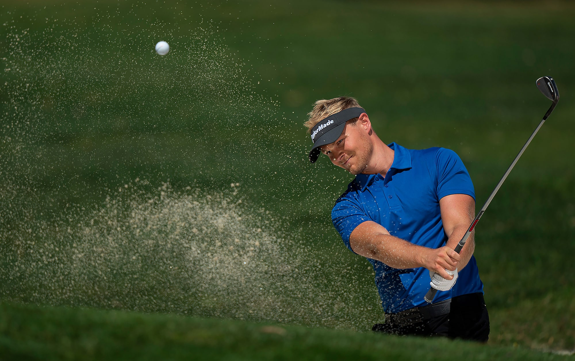 Bob-Martin-sony-alpha-9-golfer-hits-his-ball-out-of-a-bunker